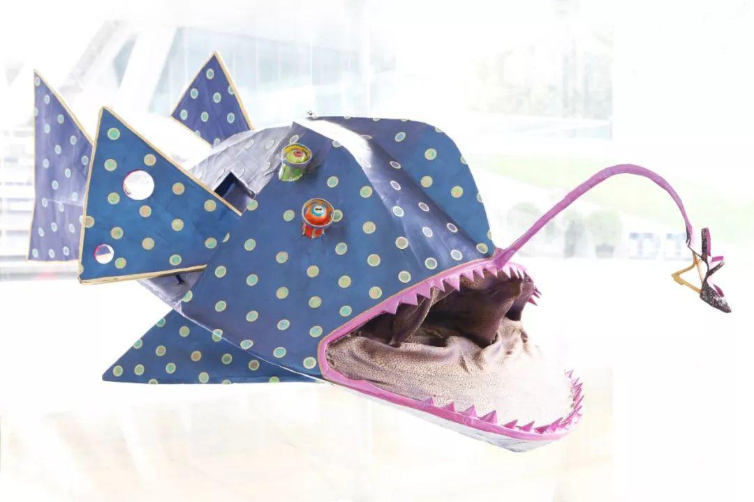 乒乒翻,《暗康鱼》,2014年,雕塑(纸卷、布料),160×110×70厘米