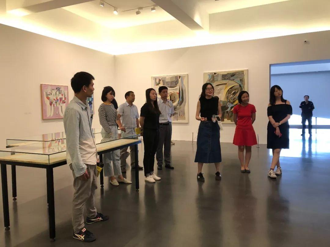 彭伟华为中间美术馆团队导览现场