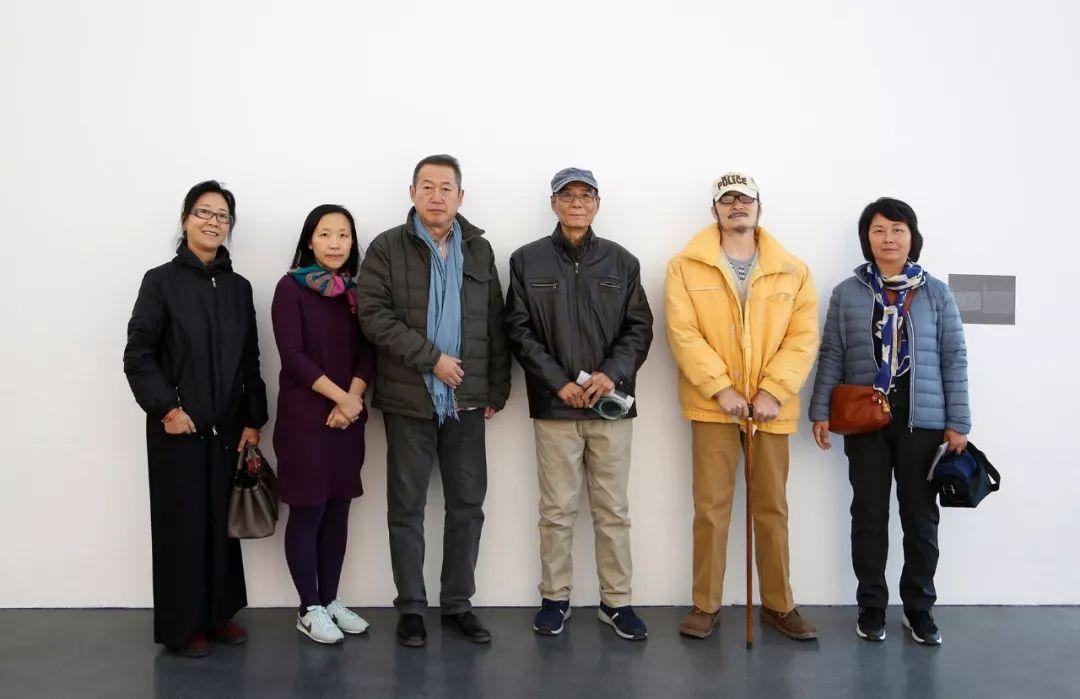 从左到右:邢轺女士、馆长卢迎华女士、中间美术馆创始人、理事会会长黄晓华先生、艺术家赵文量先生、杨雨澍先生与友人