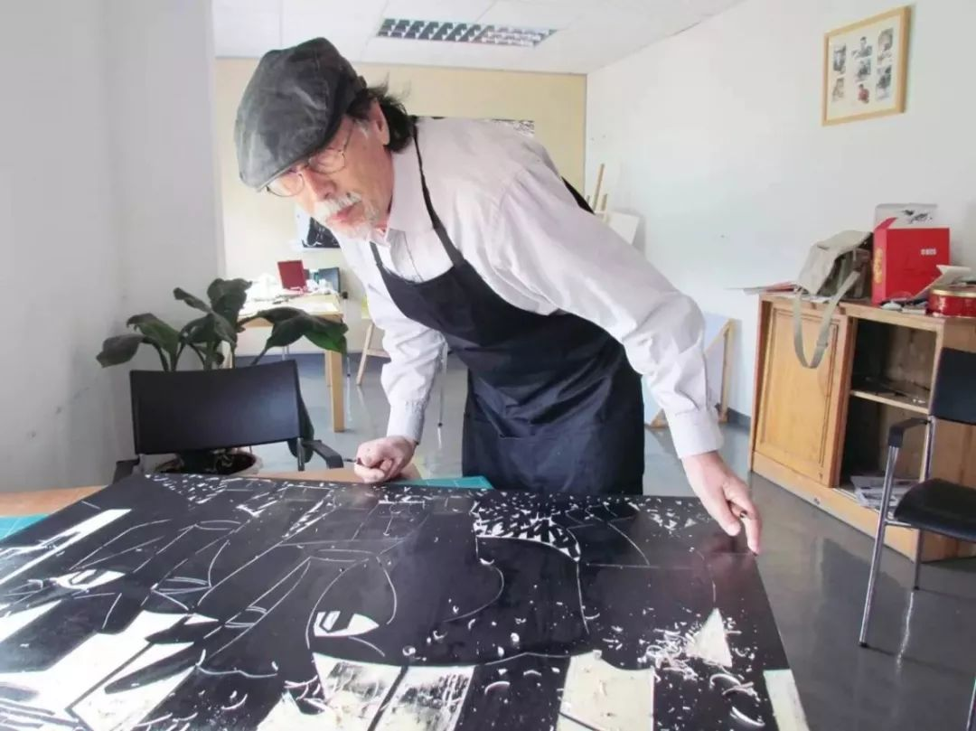 1938年出生,回族,辽宁沈阳人。1959年毕业于中央美术学院附中,1964年毕业于中央美术学院版画专业,1980年毕业于中央美术学院版画专业研究生班,并留校任教至今。曾任中央美术学院版画系主任、中国美术家协会版画艺委会主任;现为中央美术学院教授、博士生导师,中国国家画院版画院执行院长。