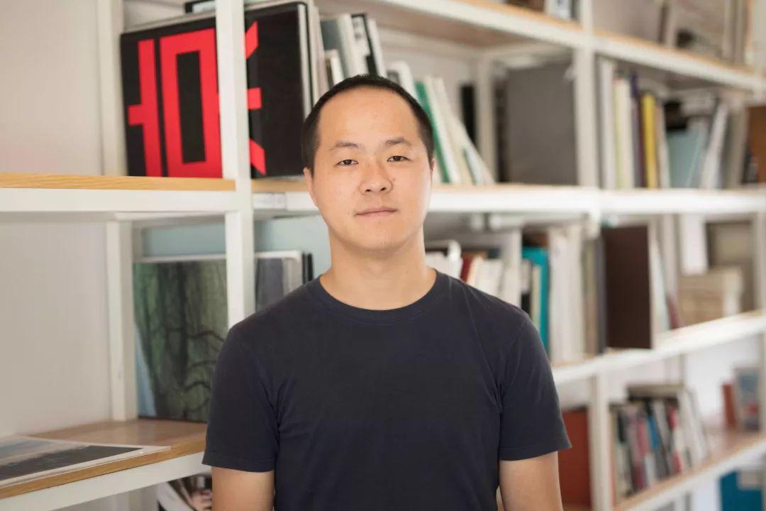 言由,出版人,假杂志图书馆创办人。他曾于2012-2018年先后在北京、厦门、连州、上海、宁波等地策划摄影书展(节)。其编辑策划的摄影书曾多次入围国际重要摄影书奖。其创办的假杂志图书馆所涉实践包括摄影书收藏研究、出版发行及公共教育,多年来一直致力于摄影艺术书文化在中国地区的传播。