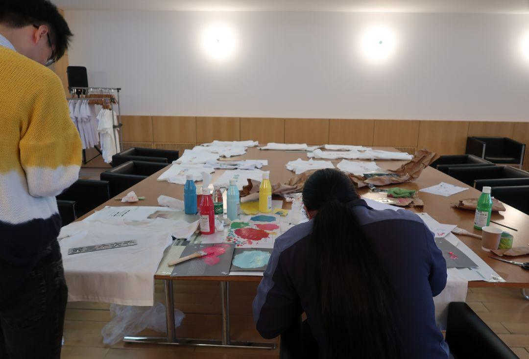 美术馆幕后团队齐上阵制作高级订制限量版手作展览同名衍生品