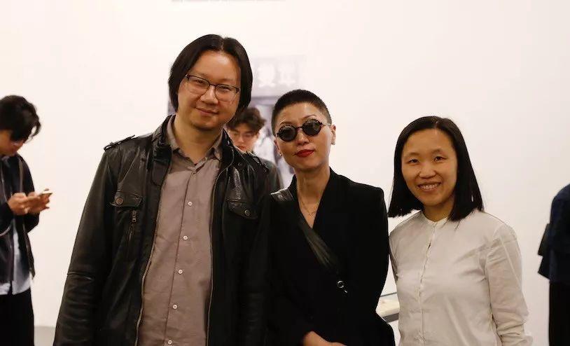 (左起)中间美术馆高级策展人苏伟、参展艺术家赵银鸥与中间美术馆馆长卢迎华女士