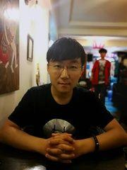 李海鹏,1990年生于沈阳,现为中国人民大学文学院博士研究生,青年诗人,作品见于《诗刊》、《星星》、《诗林》、《上海文学》、《飞地》等刊物,从事中国现当代新诗研究及批评,兼事诗学翻译及诗歌翻译理论研究。