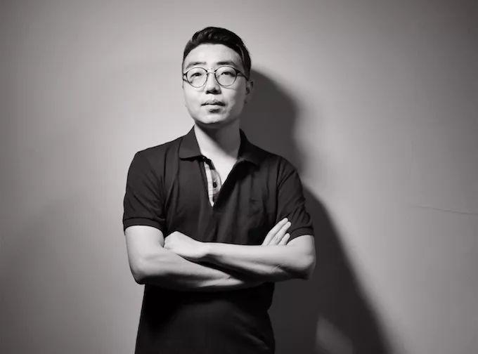 """王子云是一名生活在北京的策展人、研究者,目前为清华大学美术学院博士生。主要从事展览实践、艺术史研究与批评写作。曾参加2016首届和2017第二届华宇艺术论坛,并提交论文。入围2018""""PSA青策计划""""(上海当代艺术博物馆),并作为2018亚洲策展实践研究项目研究员,参与上海外滩美术馆关于展览史的课题研究。"""
