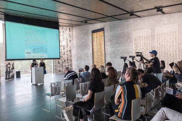 美术馆2050创始人程天颐(Nicole Ching)和谭骊(Leigh Tanner)进行开幕致辞