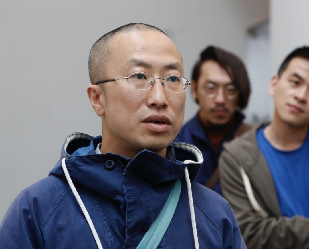 """王一凡   1978年生于北京,1999年毕业于中央美术学院附中。2003年毕业于清华大学美术学院之后从事艺术创作至今。近几年个包括:2015年个展""""王一凡与王一凡绘画作品展"""",策展人房方,星空间画廊,北京。2017年个展""""啊,王一凡"""",策展人王光乐,星空间画廊,北京。2018年个展""""自画像系列之 王一凡"""",策展人房方,星空间画廊,北京。  本次参加中间美术馆""""快乐的人们……""""展览三幅油画,《释树者》完成于2015年,《树林中的吴小可》与《吴小可与珍珠窗帘》分别完成于2017年和2018年。《释树者》中的吴小可并非自己,是扮演了画中人""""释树者"""",后两幅《树林中的吴小可》、《吴小可与珍珠窗帘》都是吴小可的肖像。"""
