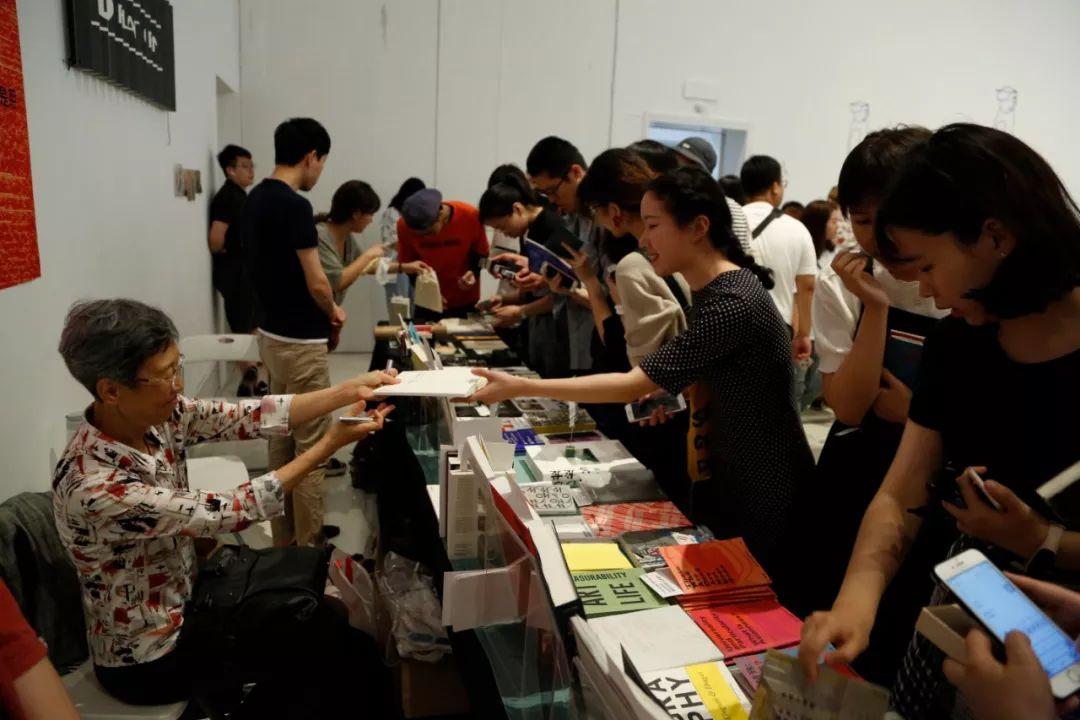 孙歌教授在新书发布对谈结束后来到中间美术馆展位为读者签名(上下图)
