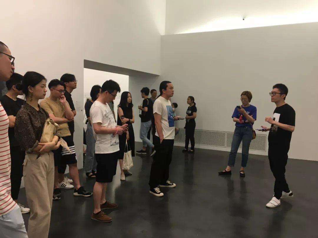 特邀导览第三期嘉宾、艺术家张嗣为观众进行导览