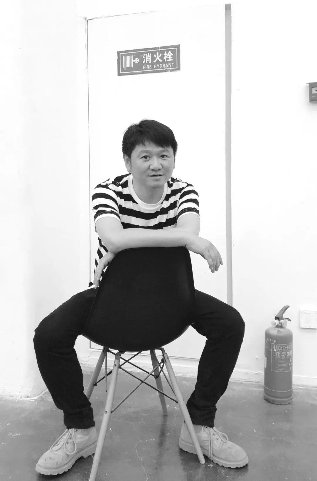 卞卡, 1976年生于上海,2014年加入北京尤伦斯当代艺术中心,期间曾在当代唐人艺术中心担任职务。现任尤伦斯当代艺术中心展览部总监。2014年至今担任《典藏·今艺术》繁体版撰稿人,典藏ARTOUCH(网络版)专栏作者