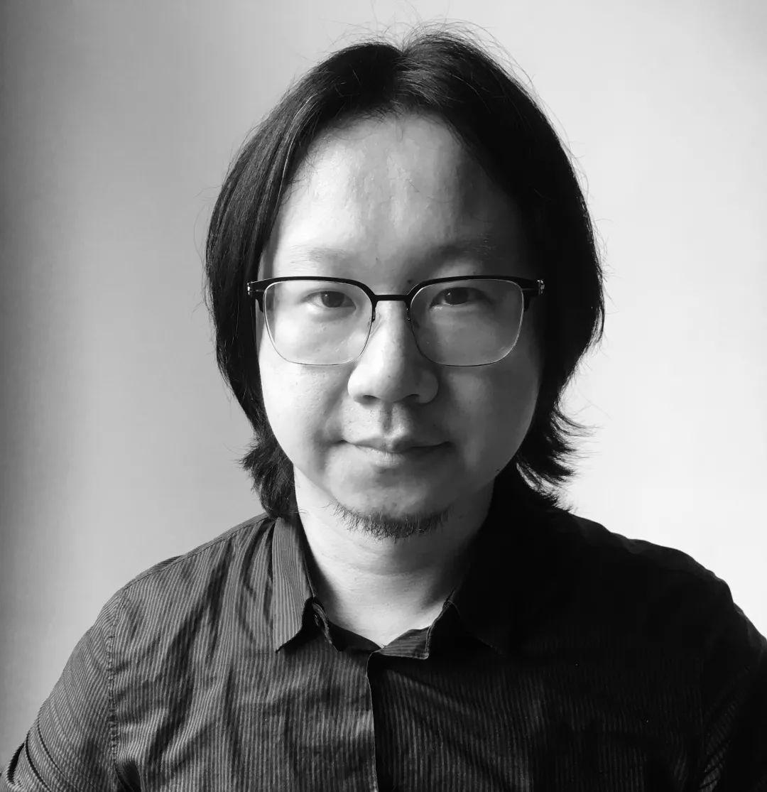 """苏伟 是生活在北京的策展人、写作者,现为北京中间美术馆高级策展人。2012年,他曾参加ICI纽约的策展课程。2014年,他获得首届""""国际艺术批评奖""""第一名。他策划过第七届深圳雕塑双年展(深圳OCT当代艺术中心,2012年)、""""没有先例:一次重塑香港录像和新媒体艺术叙述的尝试""""(香港录映太奇,2016年)、""""永远的抽象:消逝的整体与一种现代形式的显现""""(北京红砖美术馆,2016年)以及""""新月:赵文量、杨雨澍回顾展""""(北京中间美术馆,2017年)等展览。2015年,他参与了泰特现代美术馆的研讨会""""错位:重绘艺术史""""。他最近几年的工作聚焦于对中国当代艺术历史的重绘和深描,探索其合法性和断裂性的根源。"""