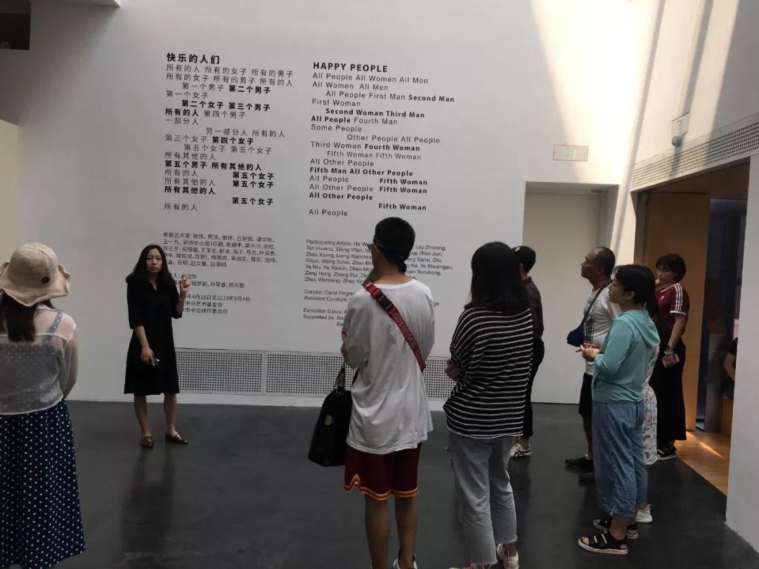 """下午2点,中间美术馆进行了""""广场雕塑设计师""""活动。开始前,由工作人员先带领小朋友参观了展厅内艺术家的几件雕塑作品,寻找灵感。之后,由老师在会议室正式开始课程内容,引导小学员们了解时常出现在城市广场的柱状雕塑,并介绍了代表性的艺术家作品。"""