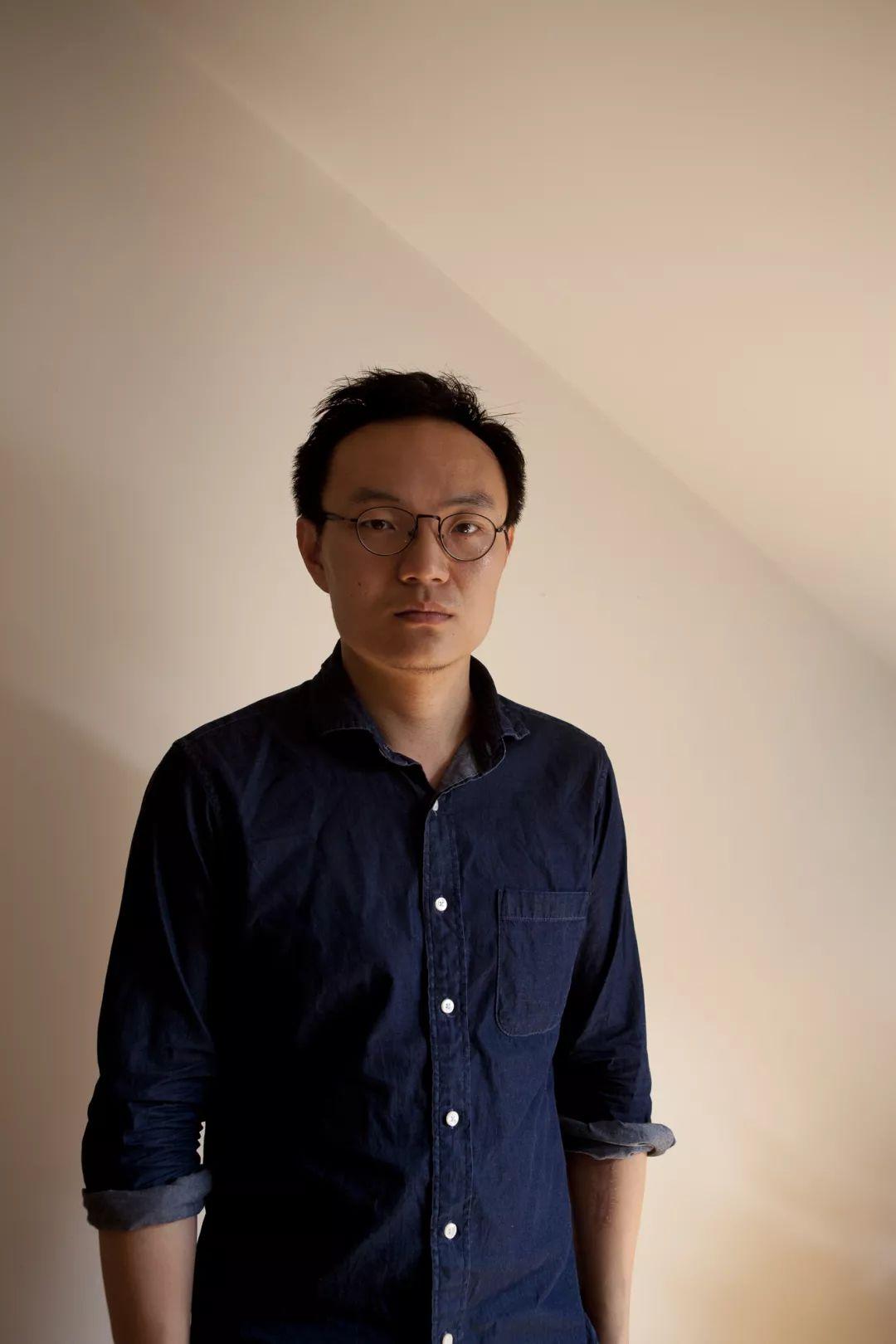 张之洲,1985年生于北京,先后在北京第二外国语学院,英国创意艺术大学学习并获得法学学士及摄影纯艺术硕士学位。现在是自由摄影师、艺术家,并同时进行写作实践。作品主要关注摄影的语言与观看的经验之间复杂的关系。