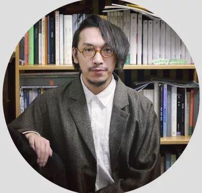 "王欢(1991年生于承德)是一位现居中国北京的写作者、艺评人和策展人。他在实践中尝试一种去文体化的写作。评论散见于艺术论坛 ARTFORUM、艺术界 LEAP、假杂志、艺术世界、ARTSHARD 艺术碎片、瑞象视点等媒体。他于2018年获第五届国际艺术评论奖(IAAC)一等奖。2019年凭策展方案""末路斜阳:声名狼藉者及其不可解的存在方式""获选""PSA青策计划"",2019年凭策展方案""寻异志——人迹、城际与世变""入围OCAT研究中心""研究型展览计划""终选名单。     Wang Huan is a Beijing-based writer and curator. He has tried practising a kind of anti-stylistic writing and has published a series of art reviews in various public media such as ARTFORUM, LEAP Magazine, Jiazazhi Magazine, Art World Magazine, ARTSHARD and Ray Art Center's Reviews. He won the first prize of the 5th International Award for Art Criticism ( IAAC ) in 2018. He won the PSA 2019 Emerging Curators Project with the curatorial proposal  Sunset on a Dead End: The Notorious and Their Inexplicable Modes of Existence  in 2019. His curatorial project  The Story of Finding Differences  was shortlisted for the OCAT Institute ""Research-based Curatorial Project"" in 2019."