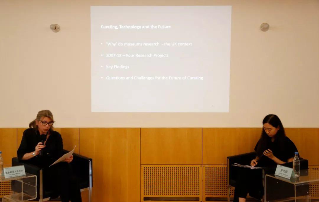 (左至右)演讲嘉宾沃尔什教授,现场翻译黄文珑