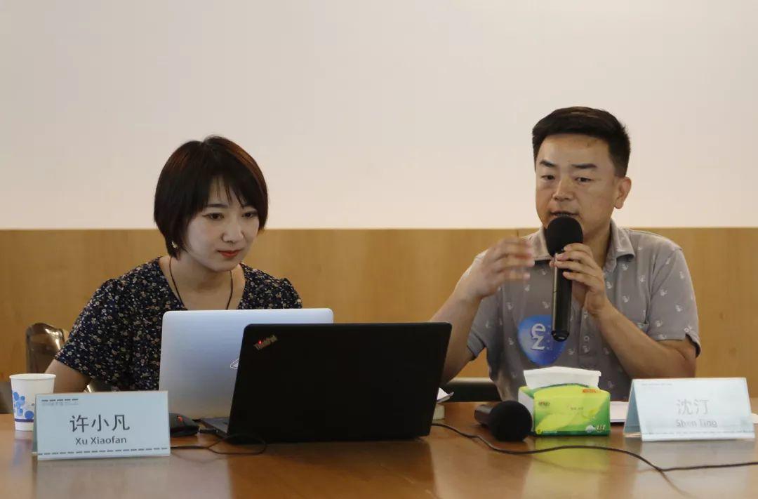 「交叠的地图 行走中的战争见证」诗歌工作坊  左为讲师许小凡、右为EZFM广播主持沈汀