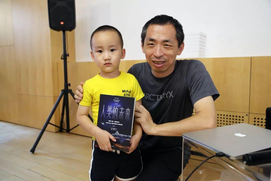 天文学家苟利军教授与小读者合影