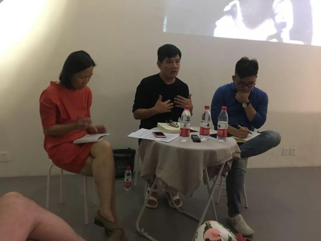 放映后对谈,(左起)中间美术馆馆长卢迎华、艺术家梁硕恩、的丨艺术中心创始人夏彦国