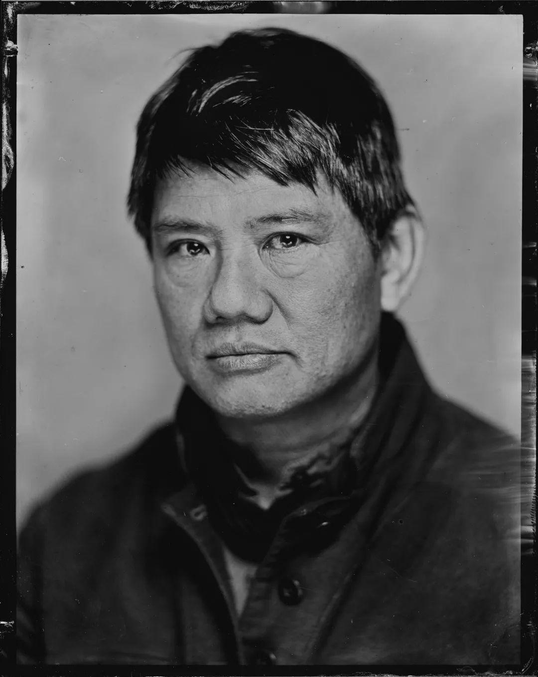 """梁硕恩 生于香港,居住在纽约和洛杉矶。他是加州大学尔湾分校的艺术教授。他的作品出现在光州双年展(2018年)、威尼斯双年展(2003年)、广州三年展(2008年)、维也纳忠利基金会、华沙乌亚兹多夫城堡当代艺术中心、柏林NGBK、加拉卡斯的萨拉门多萨、惠特尼双年展(1993年)、纽约现代艺术美术馆、洛杉矶当代艺术馆和洛杉矶哈默美术馆等。梁硕恩创作过的项目包括格里菲斯公园的歌剧,探讨艾滋病问题的现场表演及视频,关于""""越南战争的剩余空间""""的三部曲,作为伦理话语的杜尚作品的延伸提案,借艾伦·坡以思考现场/非现场的辩证关系的作品,以蹲姿为表现对象的场景特定作品,探讨艺术与劳动交错点的""""艺术工作者剧院"""",以及与华伦·尼思拉佐斯基持续了二十多年的合作。"""