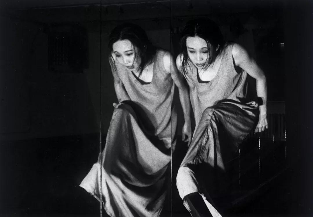 """文慧 ,舞蹈编导、舞者,同时也创作纪录片和装置作品,是中国当代舞蹈剧场先锋。她于1989年毕业于北京舞蹈学院编导系,1994年赴美国纽约学习现代舞,1997至1998年获美国亚洲文化基金会奖金,再赴纽约研修现代舞及戏剧创作,1999至2000年加入美国著名当代编舞家拉尔夫·莱蒙舞蹈团,在纽约布鲁克林音乐学院的""""下一波艺术节""""及美国各地巡演《地理三部曲——树》。     1994年,文慧与朋友在北京成立""""生活舞蹈工作室""""。2005年,文慧与吴文光共同创建草场地工作站,并共同创办""""'交叉'北京国际现代舞演出季""""。同年,他们开启了欧洲艺术家交流计划和青年编舞家计划。2015年,文慧参与并策划在上海当代艺术博物馆实施的项目""""聚裂""""。     二十五年来,文慧一直坚持以剧场的方式介入社会。2008年起,她开始研究身体作为个人记录社会的资料馆和档案库,尝试身体记忆与历史和现实的碰撞。文慧的作品在国际舞台上备受关注,她和她的创作团队经常受邀参加国际当代剧场艺术节及舞蹈节。2009年,法国《望远镜》杂志称文慧为""""舞蹈的拓荒者……一个奇迹""""。2015年,文慧参展了第56届威尼斯双年展中国馆。作品《身体报告》曾获苏黎世艺术节ZKB大奖(2004年)。"""
