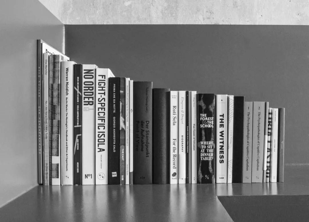 Archive Books是一家基于柏林与米兰的出版社。通过选集、文章、艺术书籍和杂志等不同形式的出版物,Archive Books与那些记录事件发生过程、形成档案材料的作者合作,从劳动条件、后殖民理论、女性主义、教育学等主题出发,为当代艺术领域提供了另一视角。Archive Kabinett是继出版社之后的另一延伸空间,为座谈、调研、放映、讲座、展览以及书店提供活动场所。Archive Journal是一个跨领域期刊,专注于档案领域以及翻译及发行的当代应用形式。     Paolo Caffoni 在柏林出版社Archive Books担任编辑,同时也是柏林Archive Kabinett的展览及公共项目的联合策划人。他参与多个国际艺术展览的策展,并与诸多艺术家合作展开研究项目。      ● ● ●    8月31日 周六    12:45 - 13:15    《快乐的人们……》新书发布及对谈    Happy People...  Book Launch and Conversation  对谈人:罗小茗、钱梦妮、孙杲睿