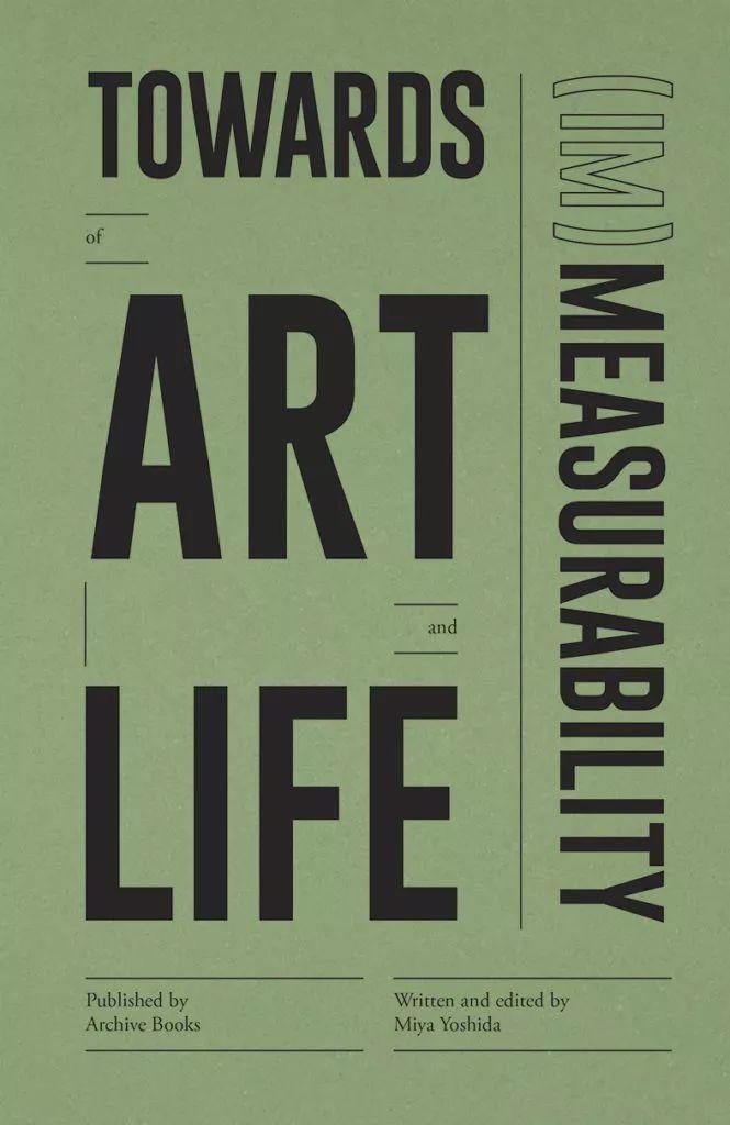 《艺术与生活的(不)可测量性》    宫吉田编著   《艺术和生活的(不)可测量性》汇集了关于测量的各种叙述、实践和论文,其中包含了悖论、矛盾和幽默。这本书建立并提出了观念、概念方法、行为和测量过程中的现象,这些现象存在于科学 (技术) 和日常生活之间的概念转换