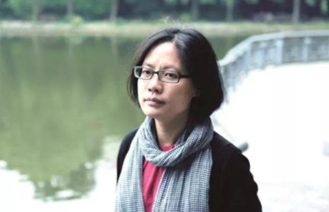 毛尖 ,1970年生于宁波,1988年到上海读大学,2000年从香港回华东师大任教,从来没有离开过学校。日常作息就是看书教书,看电影写影评,有时候被称为专栏作家,有时候是影评人,有时候也被视为文学研究者,不过本质上,我是一个接受了生活改造的文艺中年。这些年,写了《非常罪 非常美》《例外》《有一只老虎在浴室》《夜短梦长》《一寸灰》《凛冬将至》等二十种书,它们表达了我对生活对文艺的不满和由衷热爱。