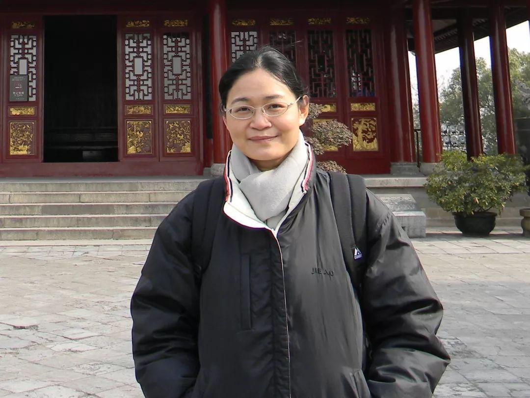 """贺桂梅 ,1970年出生于长江中下游平原的一个乡村家庭,16岁离家外出求学。初中时期在语文老师和姐姐们影响下开始成为文学爱好者。1989年考入北京大学中文系,在燕园读完十年书后,继续在这里从事中国现当代文学专业的研究和教学工作。自己觉得比较重要的研究成果有《转折的时代——40-50年代作家研究》(2003)、《""""新启蒙""""知识档案——80年代中国文化研究》(2010)和《女性文学与性别政治的变迁》(2014)。2011-2012年曾在日本交换教学一年,期间写成了自己唯一正式出版的文学作品《西日本时间》。"""
