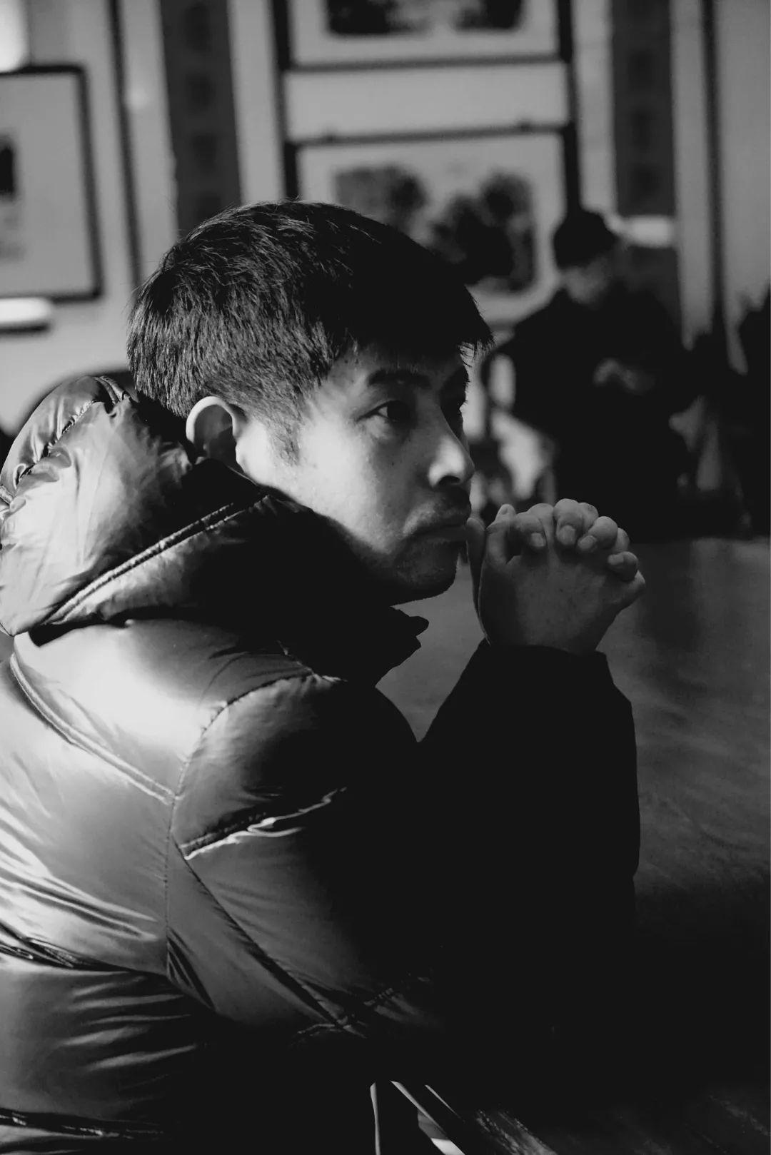 """姜涛 ,1970年生于天津,1989年入清华大学攻读生物医学工程专业,在大学期间参加校内文学社的活动,写诗、读人文方面的书籍,以致荒废了本来的专业。毕业时,偶然决定""""弃工从文"""",误打误撞,读了本校中文系的研究生,1999年入北京大学中文系攻读中国现代文学专业博士学位,2002年毕业后留校任教至今,曾任日本大学文理学部、台湾清华大学中文系客座副教授。早年写诗较多,在北大任教后,更多从事当代诗歌批评及文学史研究,出版诗集《鸟经》《好消息》《我们共同的美好生活》《洞中一日》、学术及批评专著《公寓里的塔》《巴枯宁的手》《新诗集与中国新诗的发生》等。"""