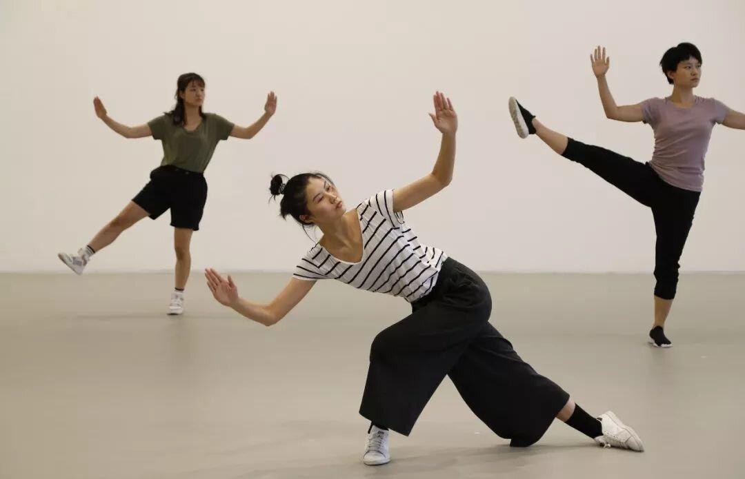 开幕现场,舞者复刻伊冯娜·雷纳的舞蹈《三重奏A》