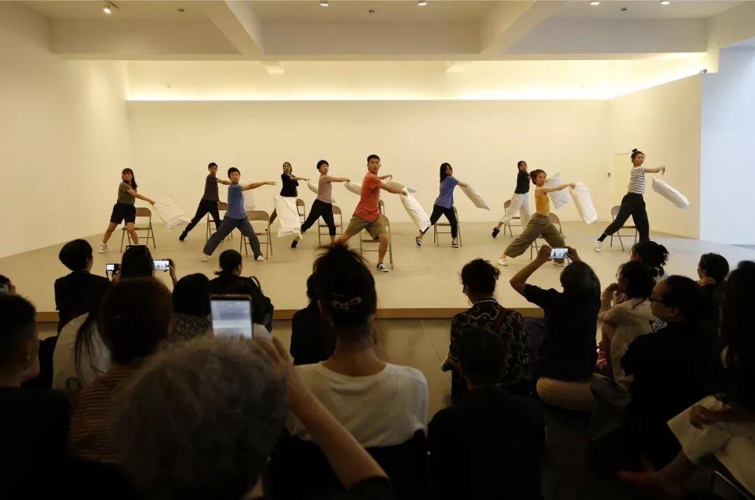 开幕现场,舞者复刻伊冯娜·雷纳的舞蹈《椅子/枕头》