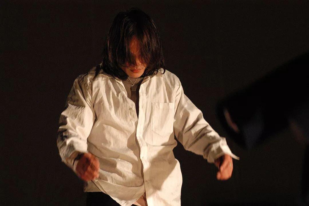 郑福铭 ,1982年毕业于北京舞蹈学院。同年进入中国东方歌舞团任舞者。1999 加入生活舞蹈工作室,参与创作7部作品。与生活舞蹈工作室的伙伴们合作创作及表演13年。参与创作并表演的《身体报告》曾获苏黎世艺术节ZKB大奖(2004年)。