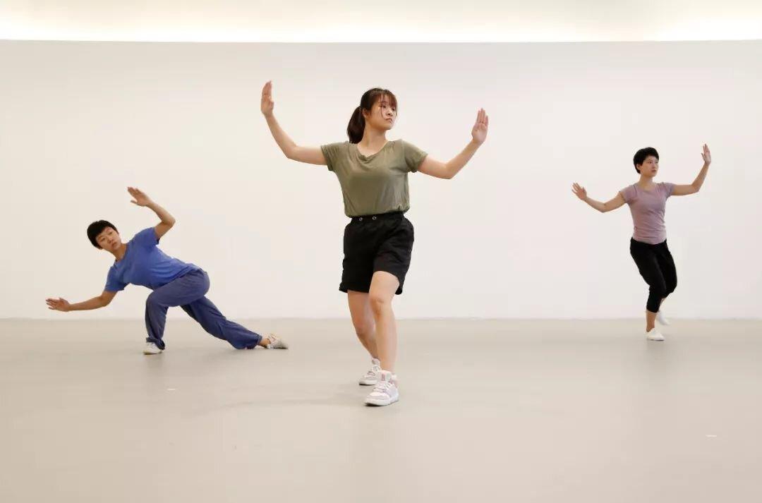 舞者在表演《三重奏A》