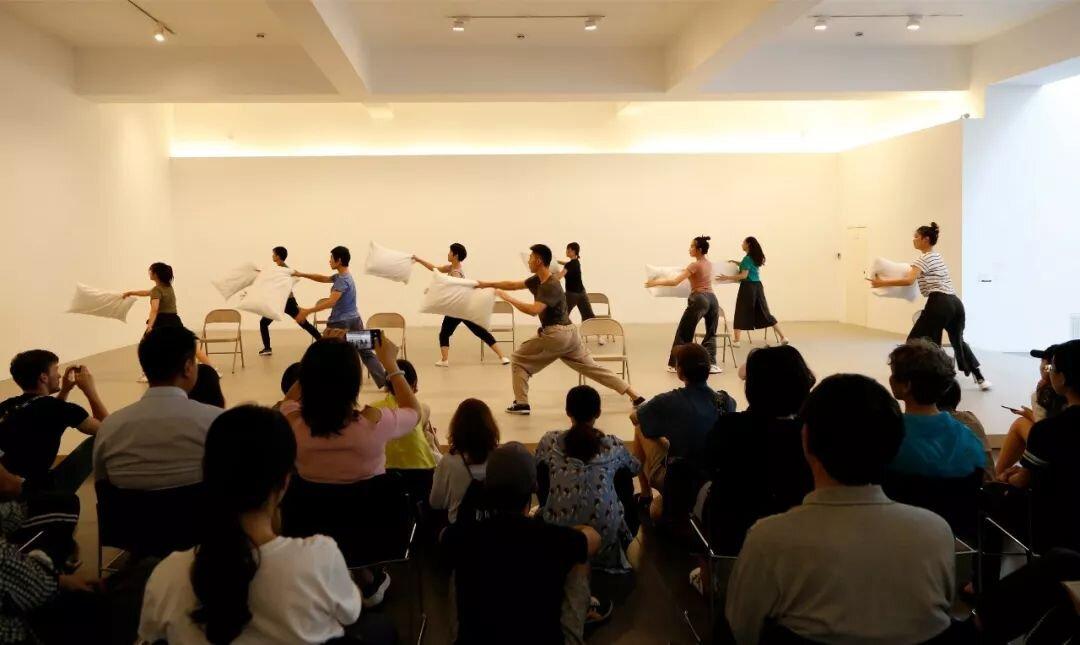 舞者在表演《椅子/枕头》