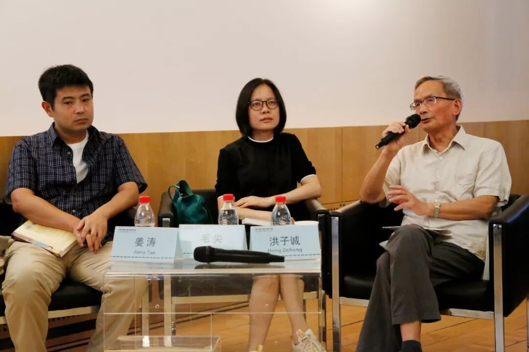 (左起)对谈嘉宾姜涛教授、毛尖教授、嘉宾主持洪子诚教授