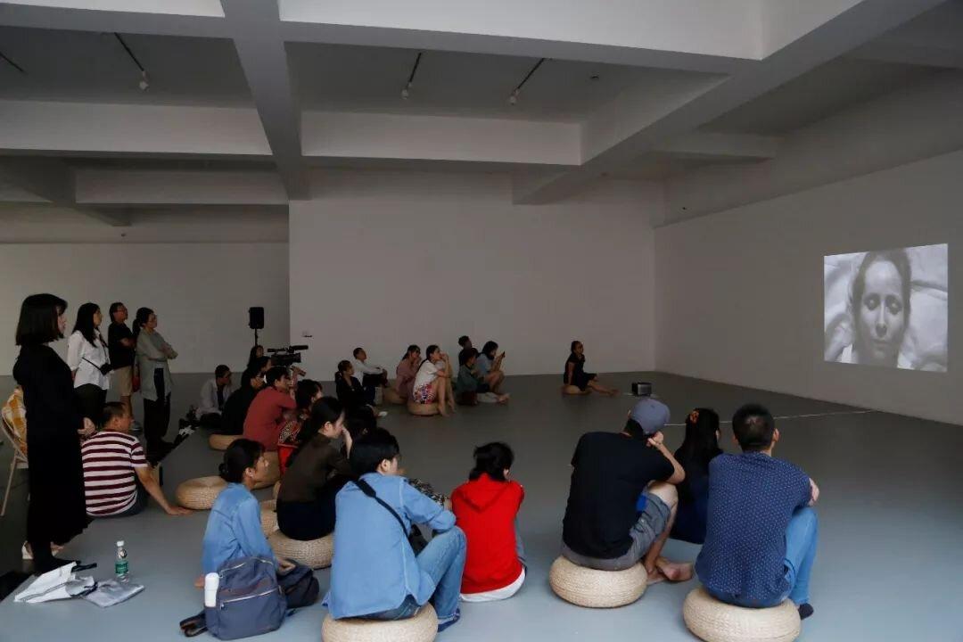 对谈结尾,嘉宾及观众一起观看了郑星耀创作的短片《心白F.R.I.G.H.T》