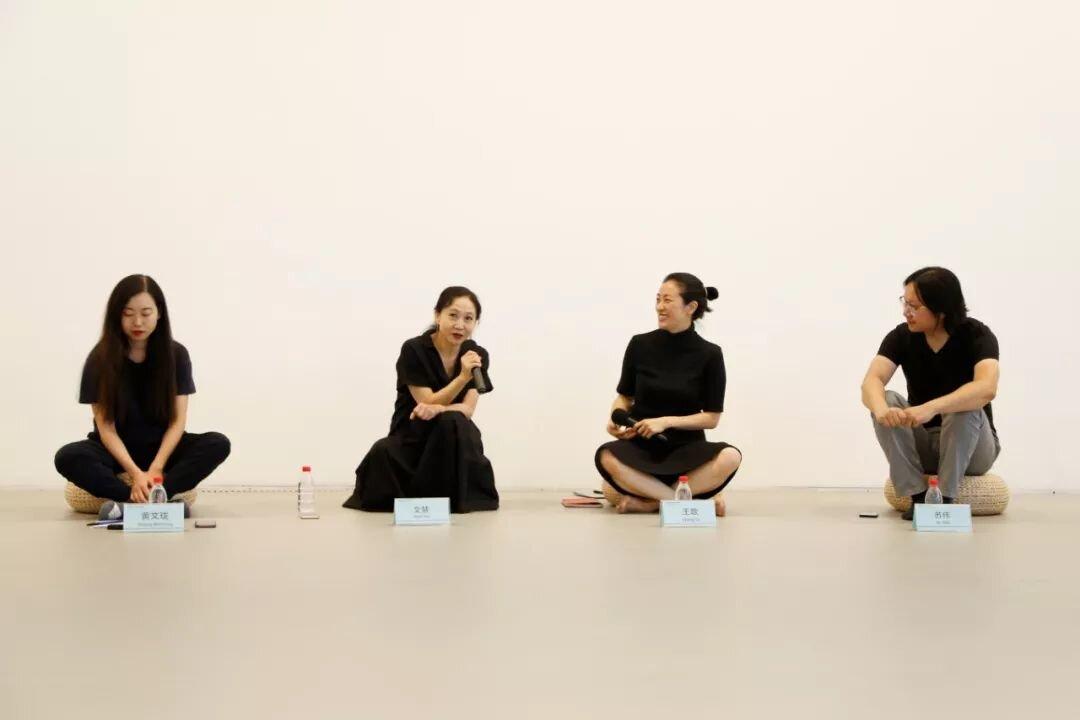 活动现场(左起)中间美术馆展览与研究部黄文珑,  舞蹈编导、艺术家文慧,学者王歌,中间美术馆高级策展人苏伟