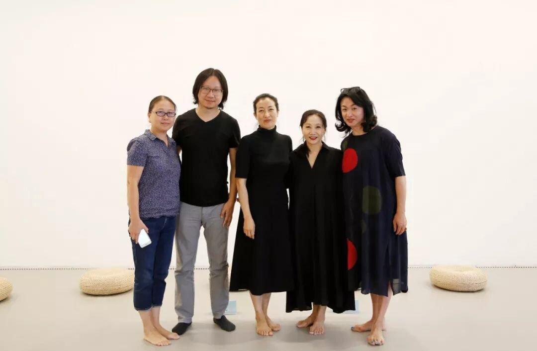 到场嘉宾活动后合影留念,(左起)舞蹈学者卿青,  中间美术馆高级策展人苏伟,  学者王歌,舞蹈编导、艺术家文慧,  编舞家、舞者金星