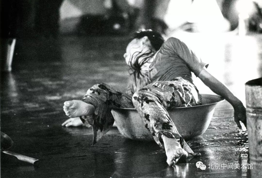 《100个动词》,北京,1994年,摄影:凌幼娟