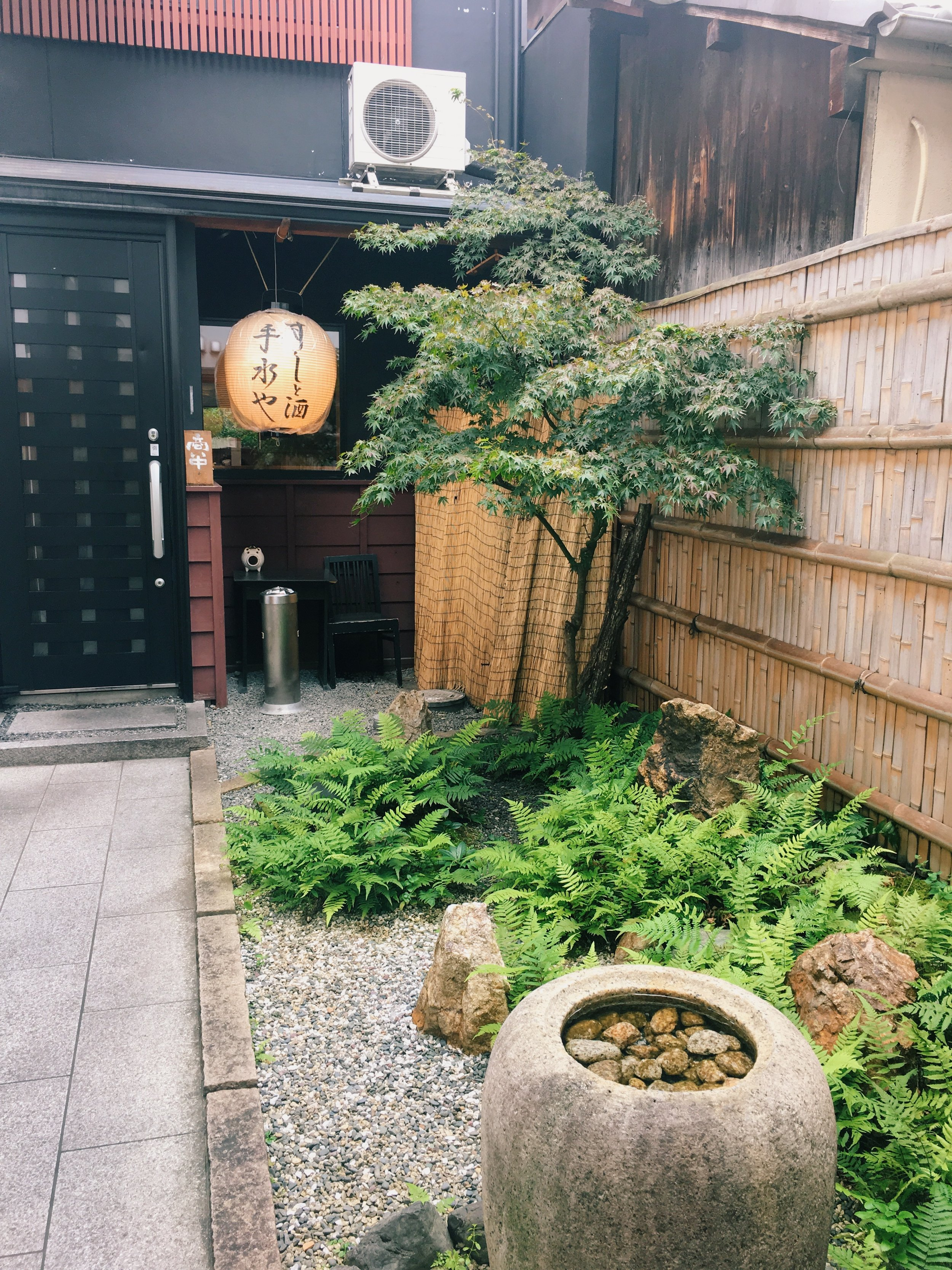I had my last meal at this place in Kyoto, it is a little hiding restaurant through a laneway. And this is the laneway, how beautiful! The food is very nice too!