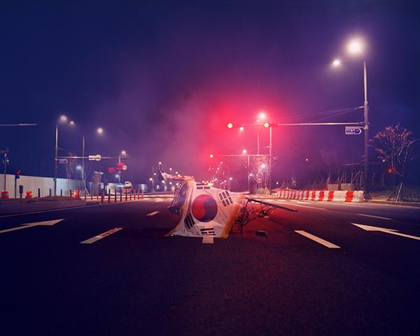비난수 하는 밤 _ 붉은 신호등 아래 민주주의, 가변크기, Digital c-print, 2013.jpg