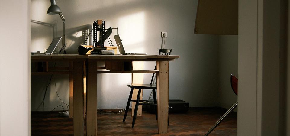 Miza narejena po načrtih knjige Autoprogettazione, Enzo Mari / 2011