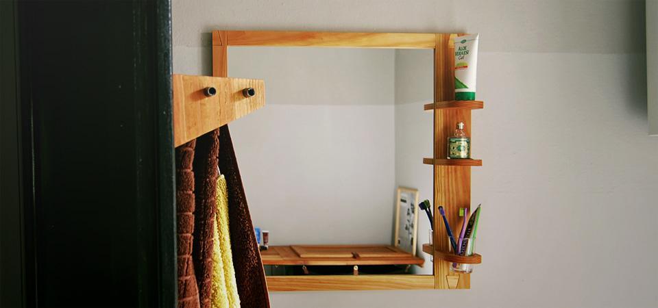 Ogledalo, obešalnik in pult v kopalnici / 2012