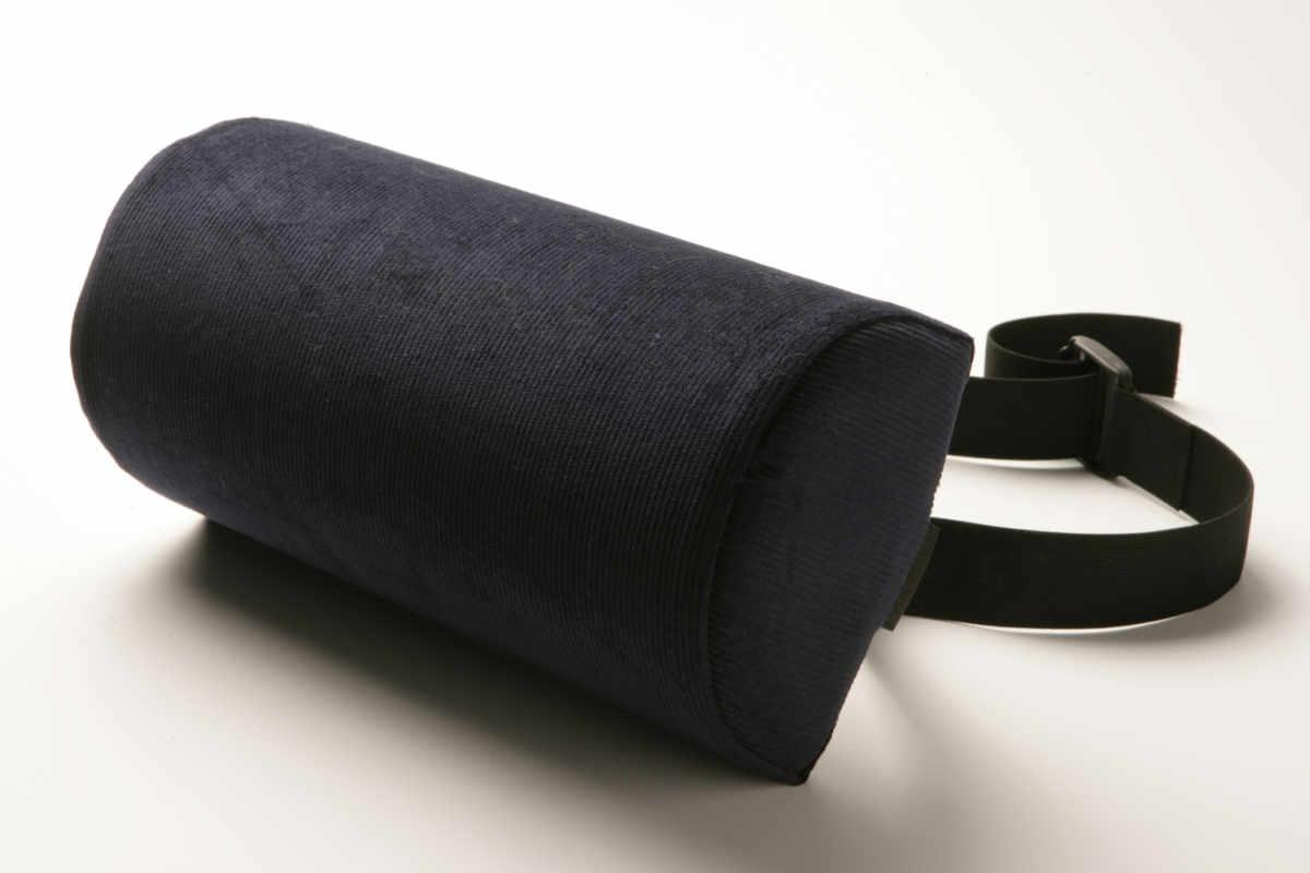 The Original McKenzie® D-Section roll - The Original McKenzie® D-Section Lumbar Roll poskytuje rovnakú optimálnu podporu driekovej chrbtice ako The Original McKenzie® Lumbar Roll. D-Section Lumbar Roll sa umiestňuje plochou stranou k operadlu stoličky, ktorá už čiastočnú podporu driekovej chrbtice ponúka. Používa sa preventívne, ale aj pri akútnych stavoch. Využívaný skôr štíhlymi zákazníkmi, či zákazníkmi menšieho vzrastu.Cena: 30,50€ s DPHObjednať →