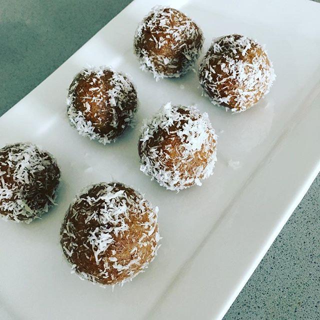 No-bake vanilla cake bites (vegan and gluten free) #healthyeating #vegan #healthysnacks #easyrecipes @minimalistbaker thanks for the great recipe!