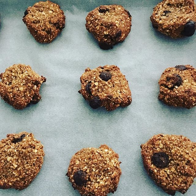 Snack prepping. Simple 4 ingredient cookies to give me energy. Dates,bananas, oats and dark chocolate chips #postnatalnutrition #postpartumbody #postpartumweightloss