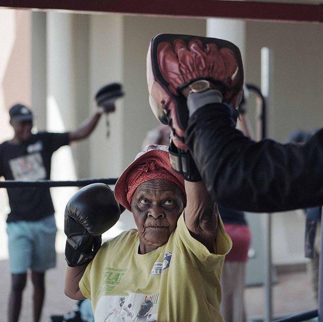 """""""Si quelqu'un force la porte de ma maison, je le sortirai à coups de poing."""" — Constance, 80 ans.  Dans la banlieue de Johannesburg, une bande de grands-mères monte sur le ring trois fois par semaine. Notre vidéo : lien dans la bio.  Avec @ateamboxing_grannies  #boxing #sport #elderly #southafrica #johannesburg #grandmother #grandma #video #shooting #joburg #grannies #boxinggrannies"""