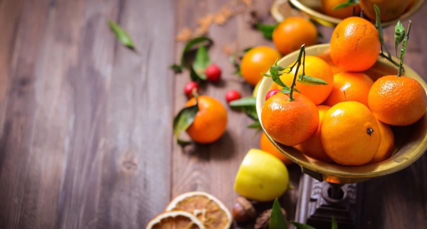 Tangerines-in-old-vintage-retro-scales.jpg