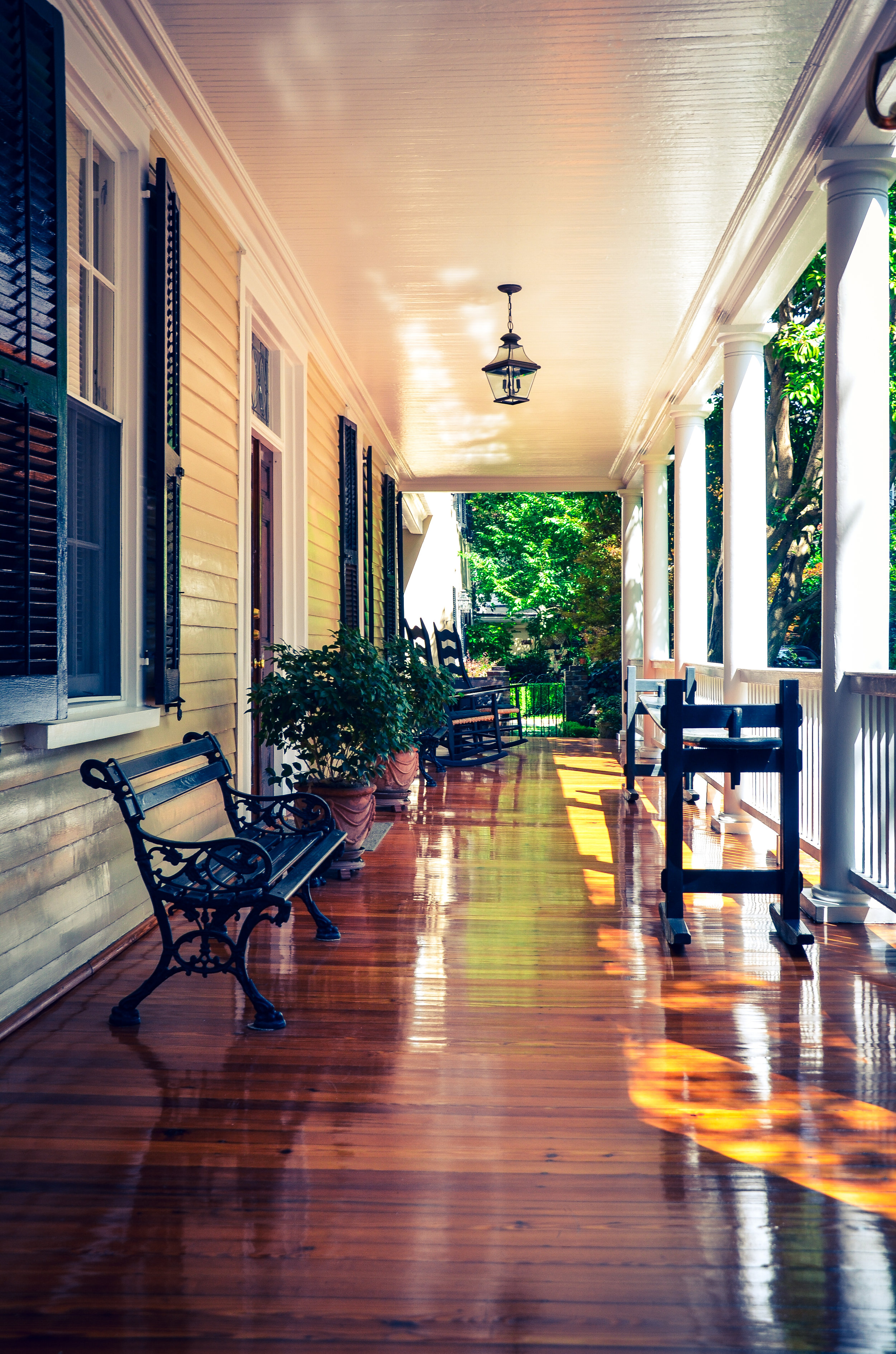 Take an interactive walking tour in downtown Charleston with Charleston Native and Licensed City Tour Guide,Skip Evans. Walking Charleston offers a Civil War & slavery tour, a general history tour and private walking tours upon request.