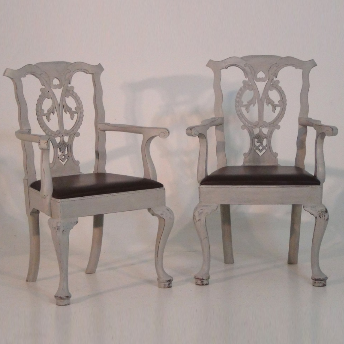Pair of armchairs with leatherseats. - € 1.000